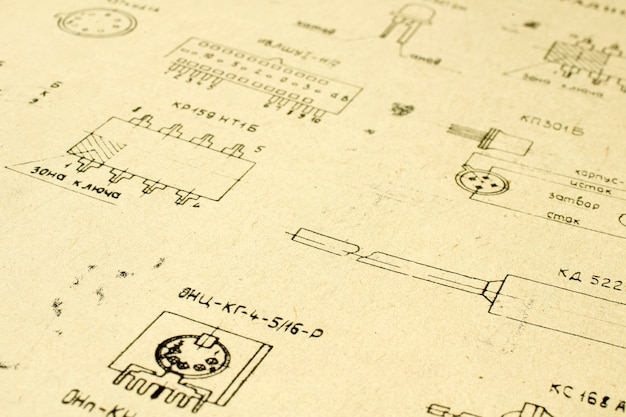 Элементы электрического радио напечатанные на старой винтажной бумаге как предпосылка для образования, индустрий электричества, отснятого видеоматериала ремонта и т.д. селективный фокус с глубиной поля.