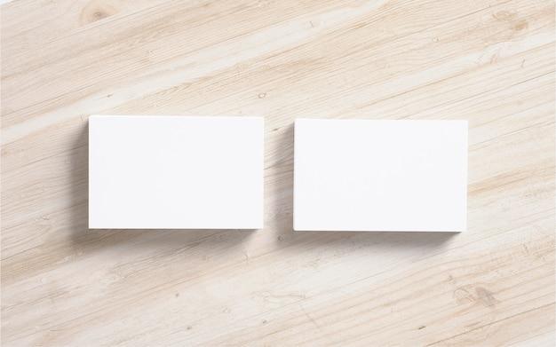 Стопки черных визиток на деревянном фоне