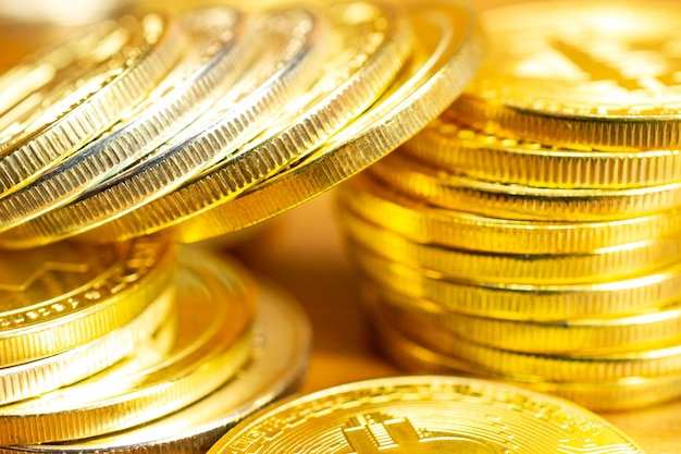 Ряды и стеки криптовалюты монет на деревянный стол.