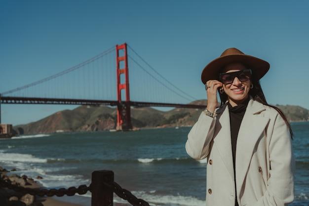 美しい女性ゴールデンゲートブリッジサンフランシスコカリフォルニア