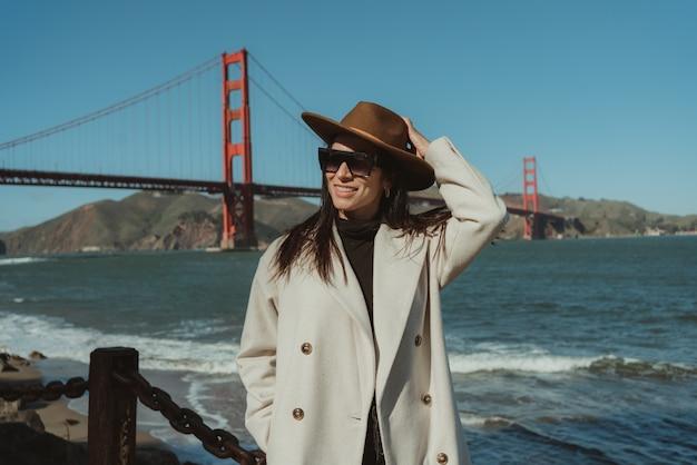 美しい女性ゴールデンゲートブリッジ、サンフランシスコ