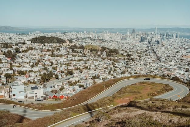 ツインピークスからの道はサンフランシスコを眺めます