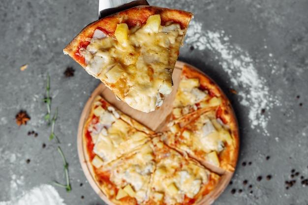 Пицца с курицей, ананасом и сыром моцарелла