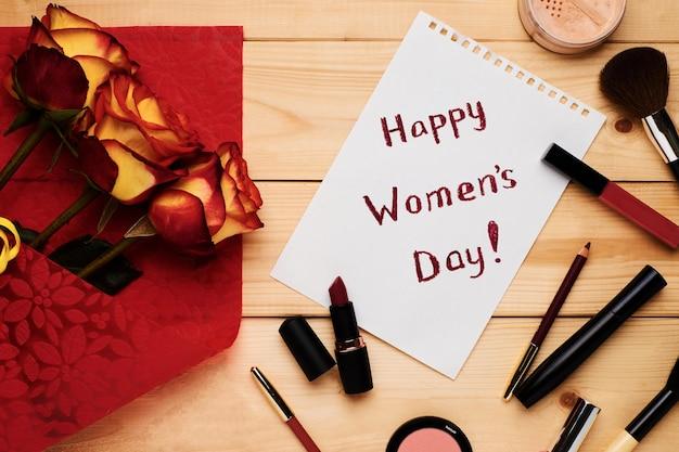 幸せな女性の日フラットはバラ、カード、化粧品、化粧品で横たわっていた。