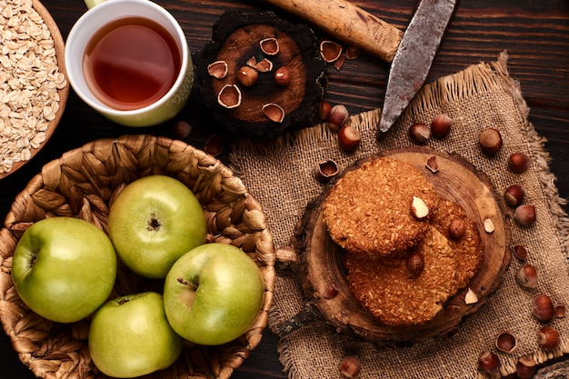 Домашнее овсяное печенье с фундуком на деревянном фоне