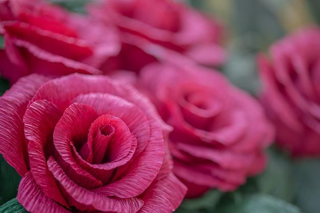 Бумажные красные розы