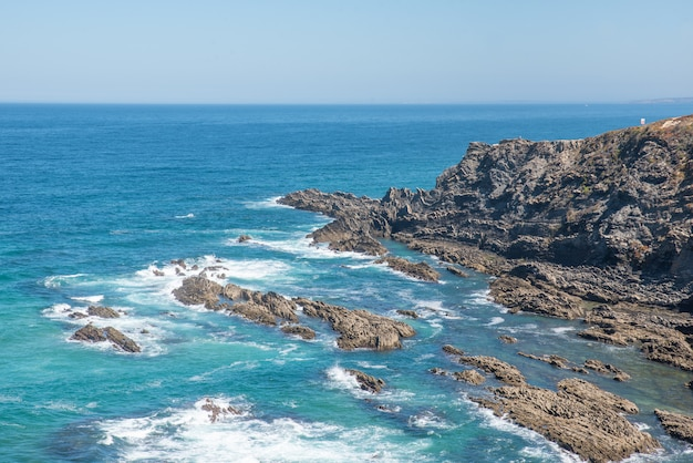 岩と波のある海岸