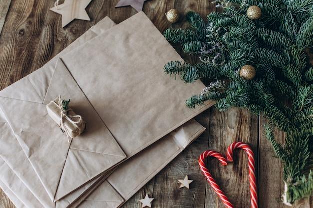モミの小枝とキャンディーの入った紙袋