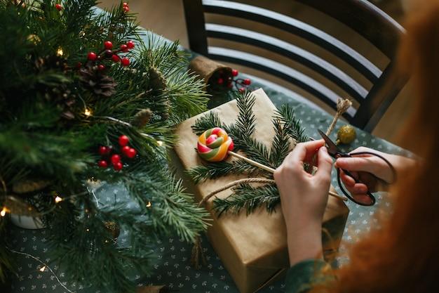 クリスマスプレゼントをラッピングする女の子