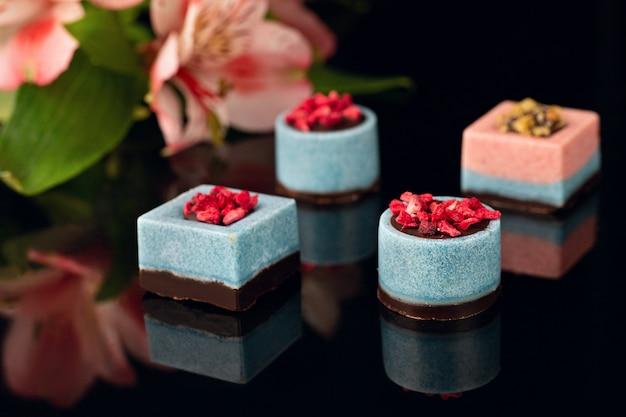 Шоколадные конфеты без сахара на черном акриле.