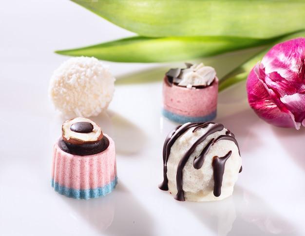 Шоколадные конфеты без сахара на белом.