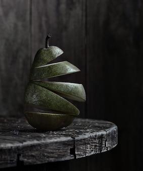 Рубленая зеленая груша на деревянном круглом столе и деревянной доске стены