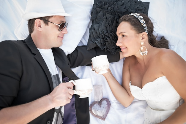 Вид сверху очаровательной молодой супружеской пары
