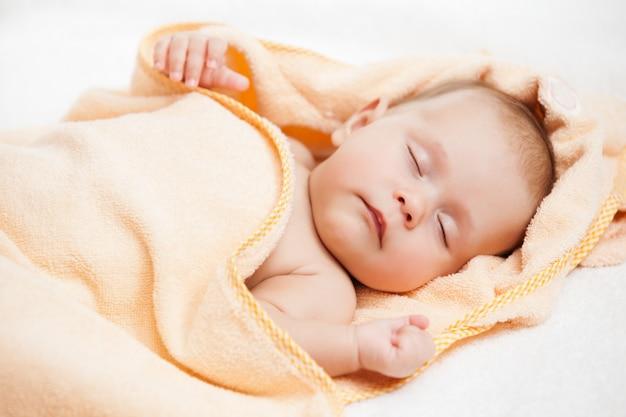 Мать, завернуть ребенка в мягкое полотенце.