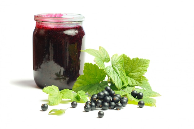 健康を与えるビタミン、白い背景に黒スグリ