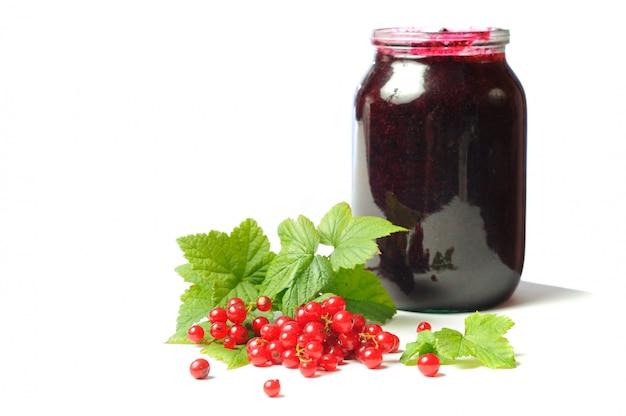 健康を与えるビタミン、白い背景の上の赤スグリ