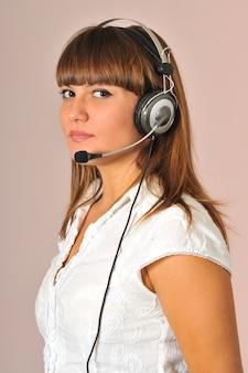 Женский консультант с наушниками на голове