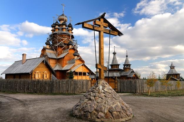 ロシアの古い木造の修道院と家