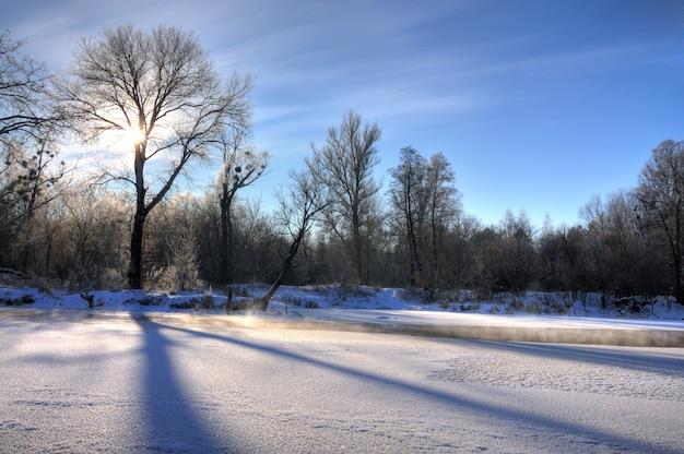 魅惑的な冬の風景の美しい雪の吹きだまり