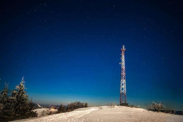 雪に覆われた丘の上に立つ高い展望塔