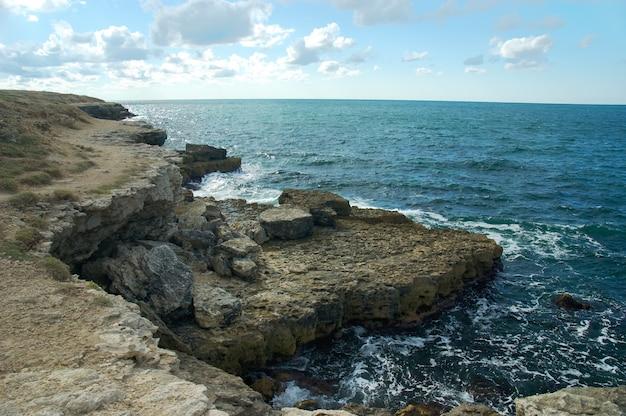 Скалистый берег черного моря