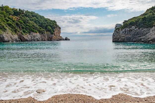 Удивительный залив на острове корфу.