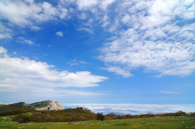 山の頂上、美しい地平線からの写真