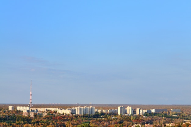 都市の背景に携帯電話ネットワークアンテナを備えた通信鉄塔
