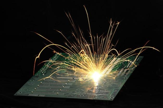 明るく燃える火花がチップから飛ぶ