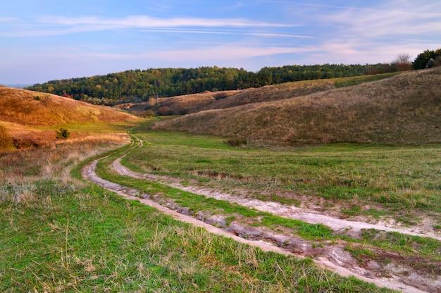 フィールドを通って田舎道
