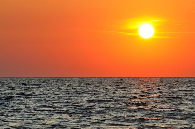 クリミア半島の黒海の波打つ海に沈む夕陽