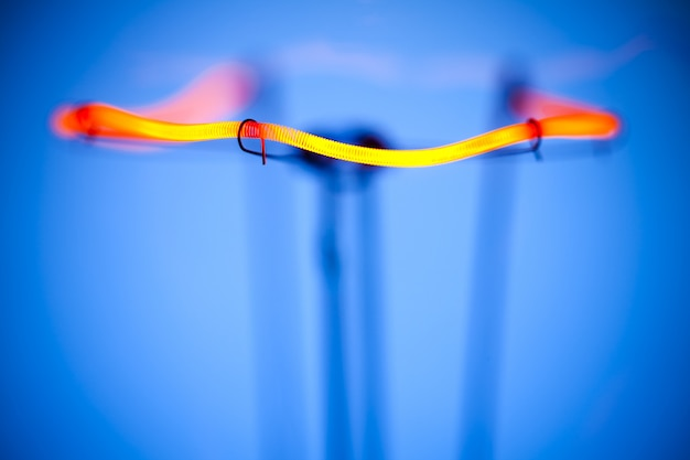 Крупный план горящей лампочки с вольфрамовой нитью в центре