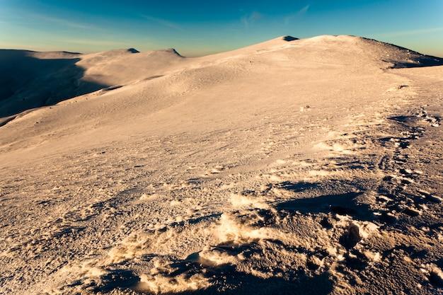 Пейзаж горной долины покрытый снегом в ясный зимний морозный день