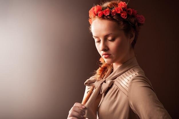 茶色の背景に美しい女性