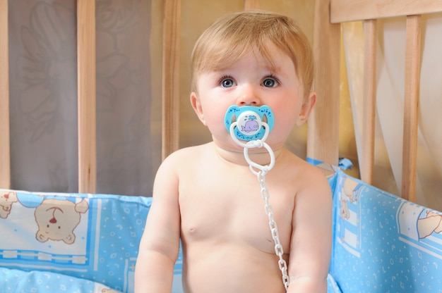 Портрет мальчика с соской во рту