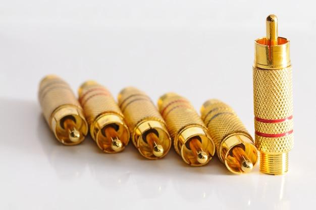 Золотые пробки на глянцевом столе
