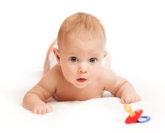好奇心が強い少しかわいい赤ちゃんのクローズアップの肖像画
