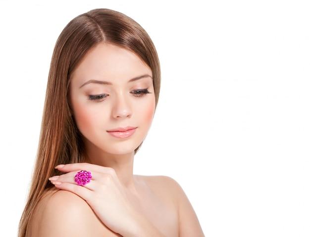 Привлекательная женщина с блестящим кольцом на руке