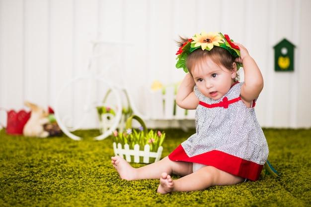 Портрет любознательной маленькой босой девочки в платье