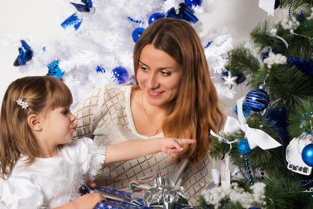 Красивая мама и маленькая очаровательная дочь