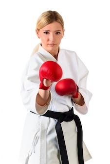 Девушка блондинка спортсменка каратэ в кимоно