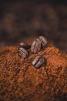 背景にスプーンで挽いたコーヒー
