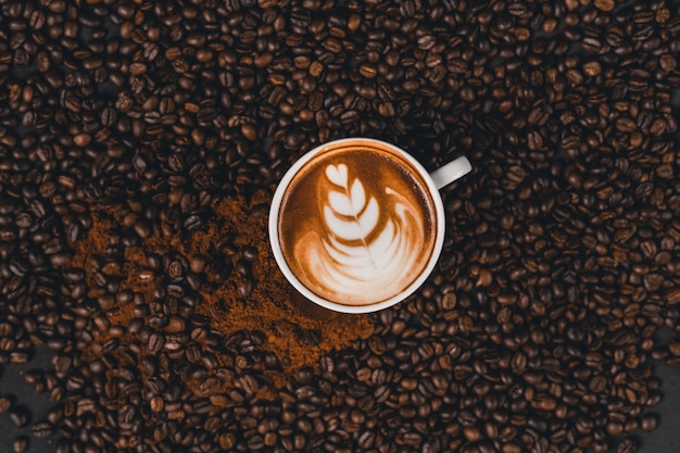 自宅のテーブルの上にカップのラテコーヒー