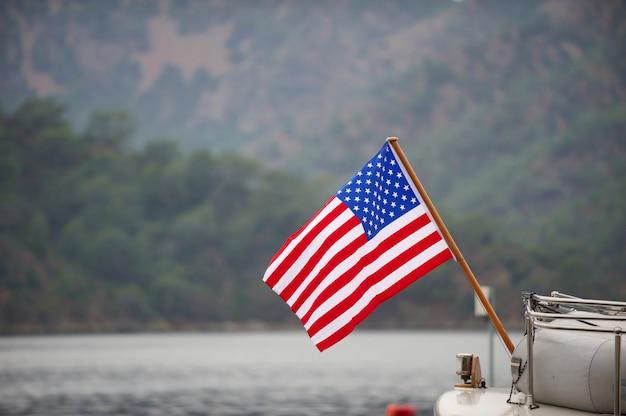 ボートに乗ってアメリカの国旗