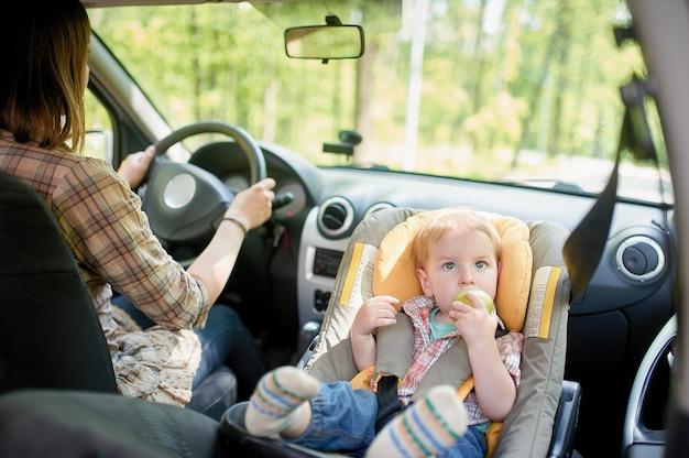 車を運転する若い美しい女性。