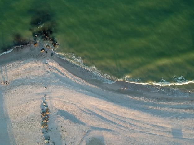 空のアゾフ海ビーチ、ウクライナの空中夏景色