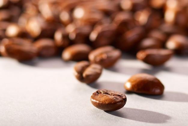 Кофейные зерна на белом фоне крупным планом