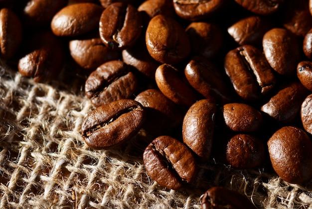 Кофейные зерна на фоне рюкзака