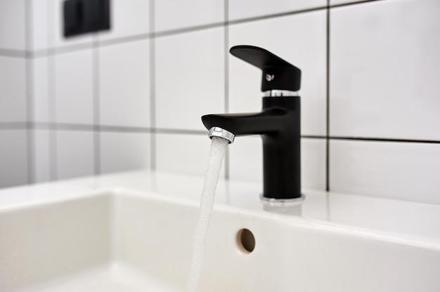 モダンなバスルームの水道水