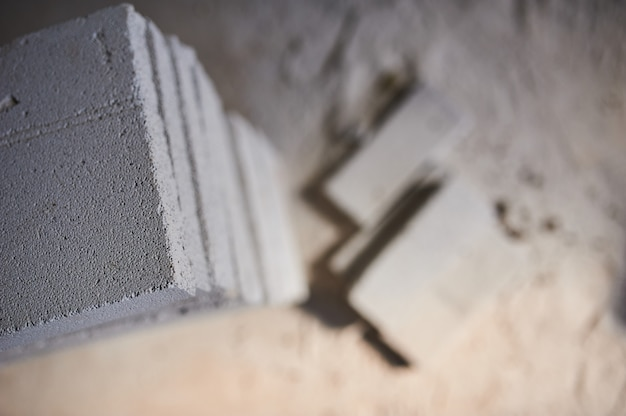 Строительная площадка, на которой стены построены из газобетонных блоков и пил